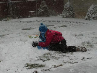 playing-in-snow_20121226171748_JPG