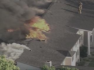 Large fire damages Detroit apartment building