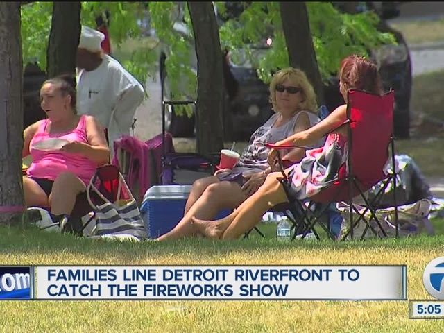Families line riverfront to see Detroit fireworks
