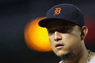 Cabrera leaves game with bicep strain