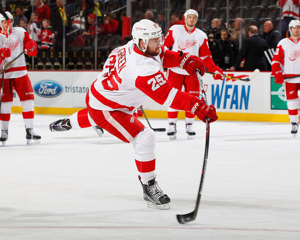 Larkin leads Red Wings past Hurricanes 4-2