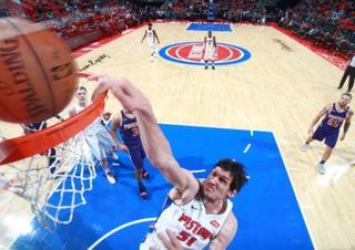 Pistons jump out to early lead, rout Suns