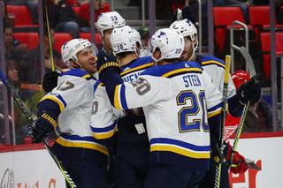 Blues score 4 in 5-shot span, beat Red Wings