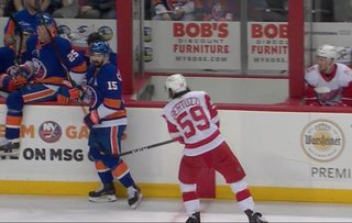 Islanders use late power play to stun Red Wings