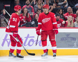 Red Wings stay red-hot, beating Coyotes